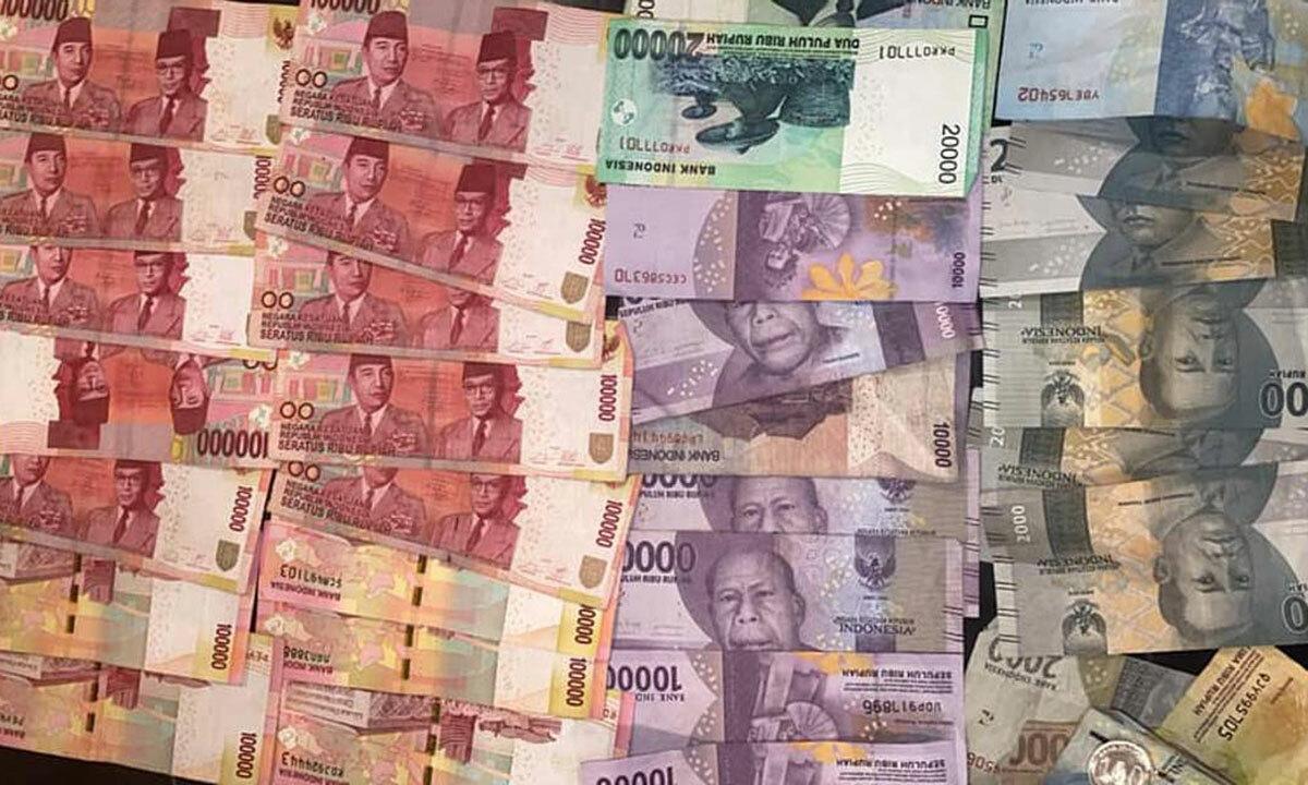 Paul đăng ảnh số tiền mình sẽ tặng cho lái xe sẽ chở anh và bạn gái ra sân bay ở Bali. Ảnh: Facebook.