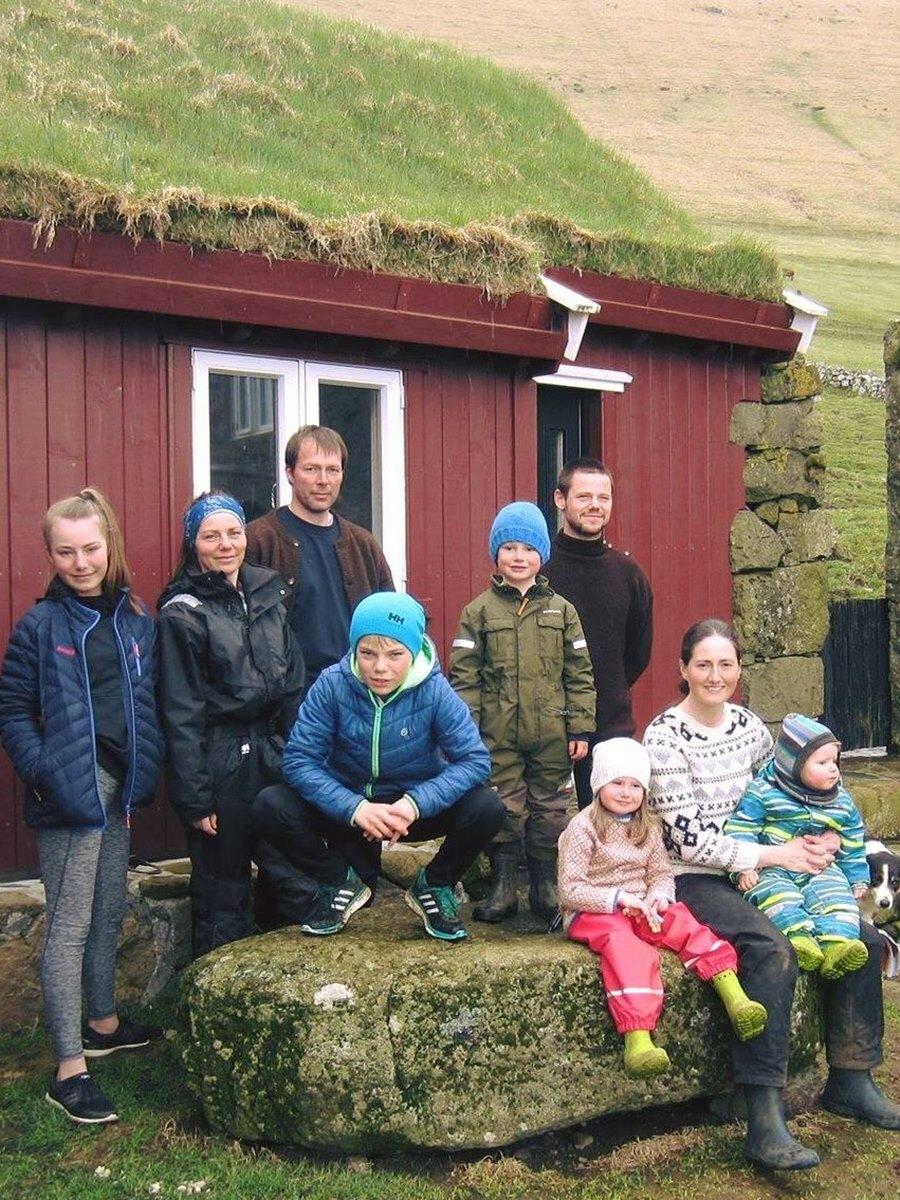 Gia đình 9 thành viên trên hòn đảo. Ảnh: Eva ur Dimun.