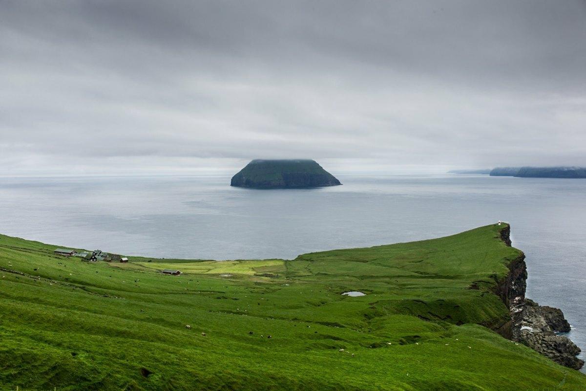 Stora Dimun có nghĩa là hòn đảo lớn, phía xa là đảo nhỏ, không người ở Litla Dimun. Ảnh: Magnus Nilsson.