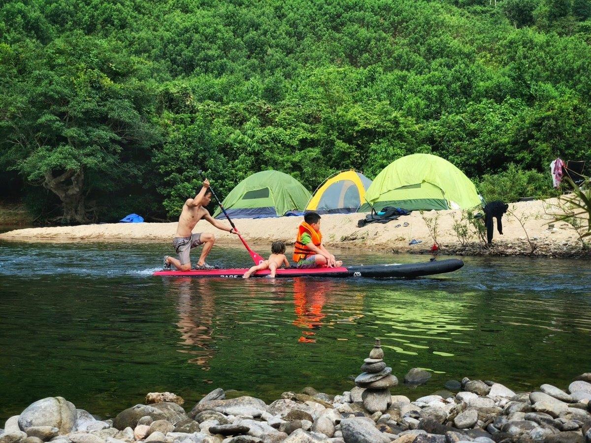 Các thành viên có thể chèo thuyền, tắm suối khi cắm trại. Ảnh: NVCC.