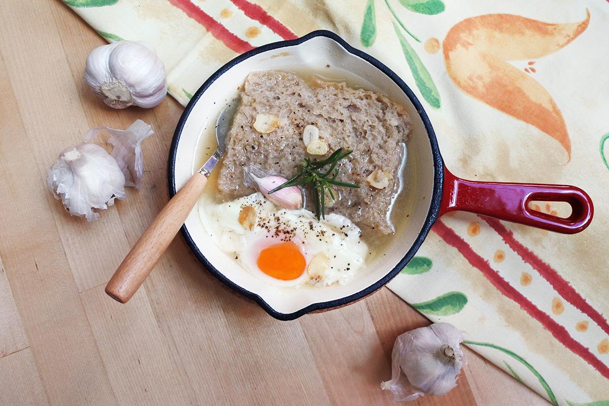 Súp tỏi (Sopa de Ajo) Người Tây Ban Nha ưa dùng món súp tỏi truyền thống, gọi là Sopa de Ajo, nóng hổi vào mùa đông. Những người chăn cừu xứ này đã chế biến ra món ăn nghèo nàn này để làm lương thực đường dài và làm ấm cơ thể. Thành phần cơ bản của súp tỏi gồm nước, bánh mì, tỏi, ớt đỏ, dầu ô liu và gia vị khác. Hiện món ăn đã có nhiều phiên bản dinh dưỡng hơn. Ảnh:kokofoundit.