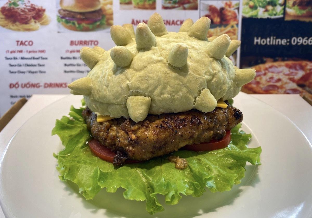 Mỗi ngày anh Tùng bán khoảng 50 chiếc burger Corona. Ảnh: NVCC.