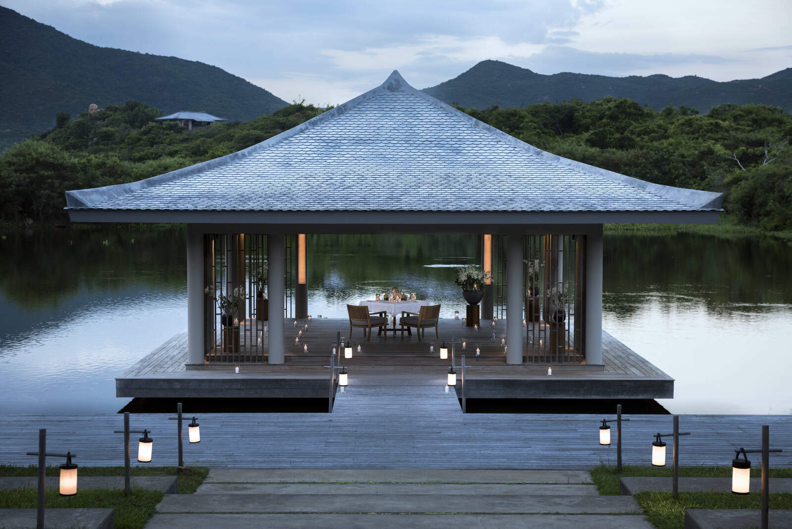 romantic lake dinner high res 1643 5994 1585197614 - 6 resort của Việt Nam lên báo Anh