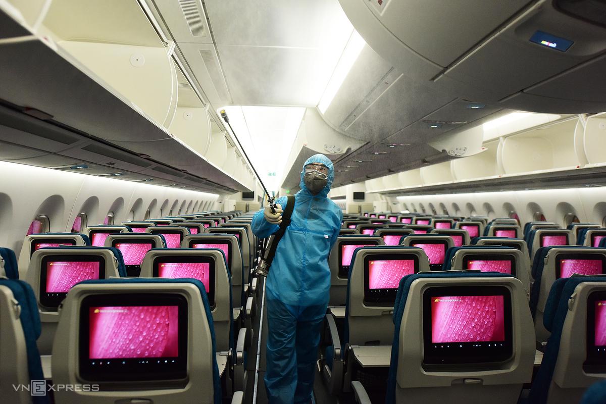 Hãng hàng không Việt Nam triển khai nghiêm ngặt các công tác phòng chống dịch bệnh, như khử trùng toàn bộ các chuyến bay quốc tế, nội địa sau mỗi chuyến bay và trong ngày bay. Ảnh:Giang Huy.