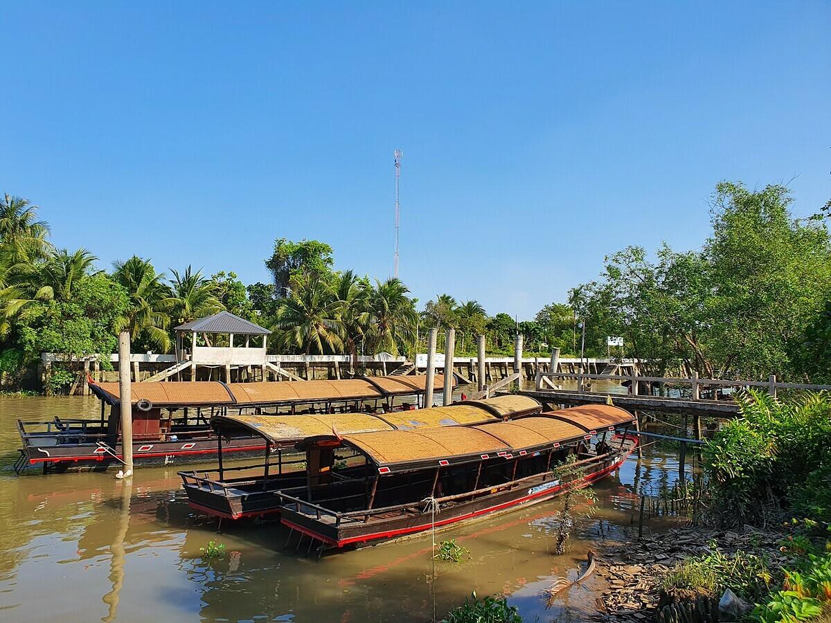 Cả tàu du lịch phục vụ khách tuyến ngắn cũng lên bờ do ảnh hưởng của dịch bệnh nCoV. Ảnh: Phan Thị Ngọc Trinh.