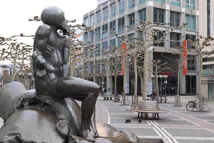 Tại Đức, sau khi Hội chợ du lịch quốc tế ITB lớn nhất thế giới hủy bỏ đầu tháng 3, chỉ riêng khách Trung Quốc ngừng đến đã khiến du lịch quốc gia này mất 9 tỉ USD. Trong ảnh, trung tâm Frankfurt vắng người vào ngày 27/3. Ảnh: H. Hưng.