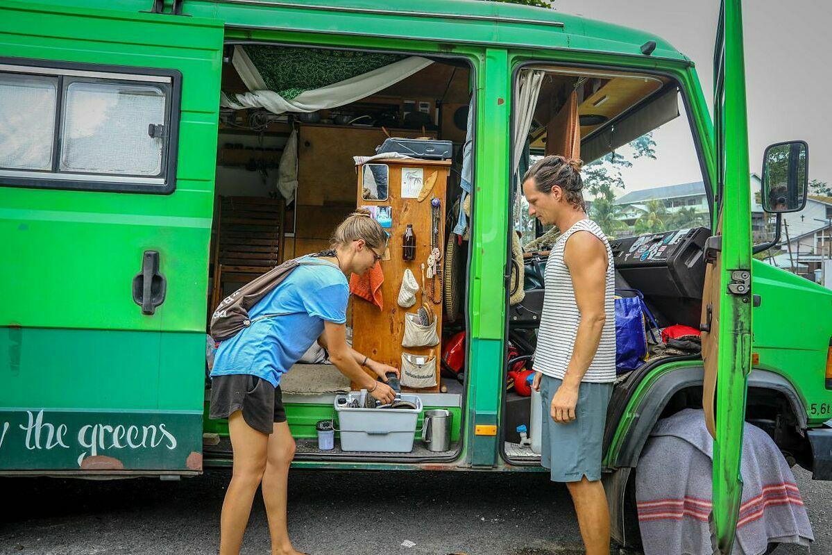 Cặp đôi người Đức đang kẹt ở Kuching, Malaysia, và phải sống nhờ vào lòng tốt của người dân những khi cần nước sinh hoạt. Ảnh: Zulazhar Sheblee / The Star.