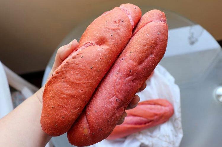 Trong 3 tuần, chuỗi cửa hàng bánh đã sử dụng hơn 30.000 kg thanh long để làm ra những chiếc bánh mì màu hồng.