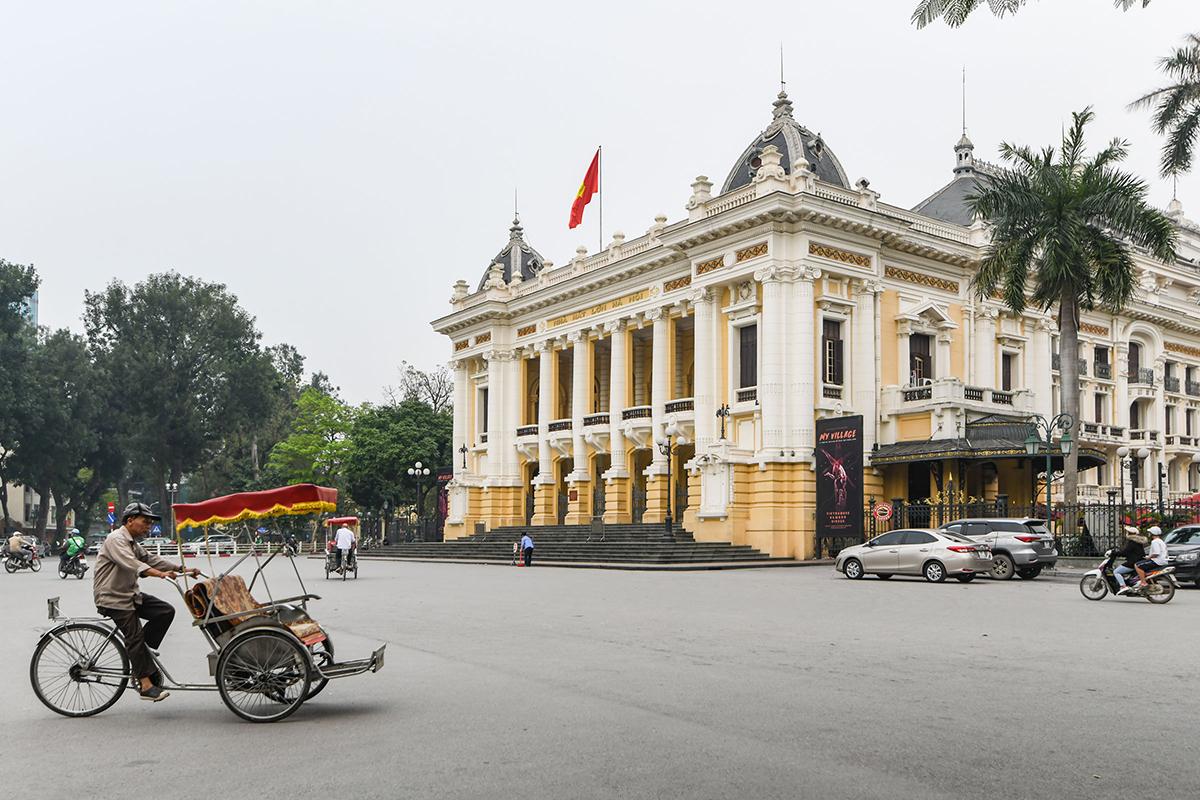 Du khách quốc tế vắng bóng tại nhiều điểm đến trong nước kể từ tháng 2 và dự báo kéo dài cho đến hết năm nay. Trong ảnh là Nhà hát lớn Hà Nội vắng vẻ trong ngày giữa tháng 3. Ảnh: Kiều Dương.