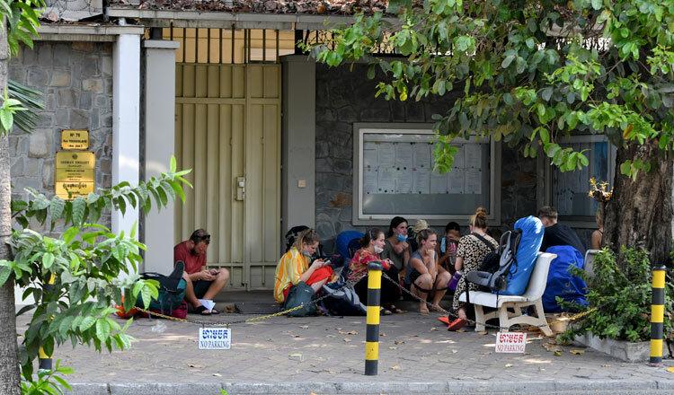 Một nhóm du khách Đức bị mắc kẹt ở Cambodia đang ở bên ngoài Đại sứ quán Đức tại Phnom Penh. Ảnh: Pann Rachana.