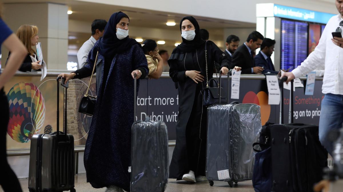 Hành khách đeo khẩu trang tại sân bay quốc tế Dubai. UAE ghi nhận trường hợp nhiễm nCoV đầu tiên tại Dubai vào ngày 29/1. Ảnh:Reuters.