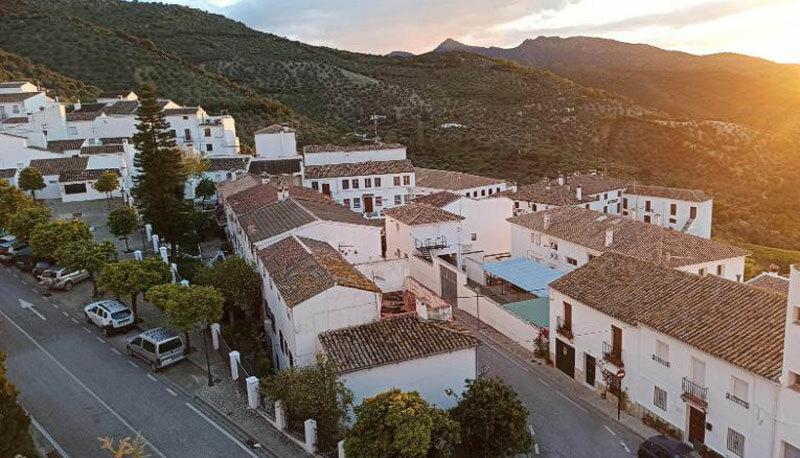 Thị trấnZahara de la Sierra nằm trên một ngọn đồi, thuộc tỉnhCádiz. Ảnh: CNN.
