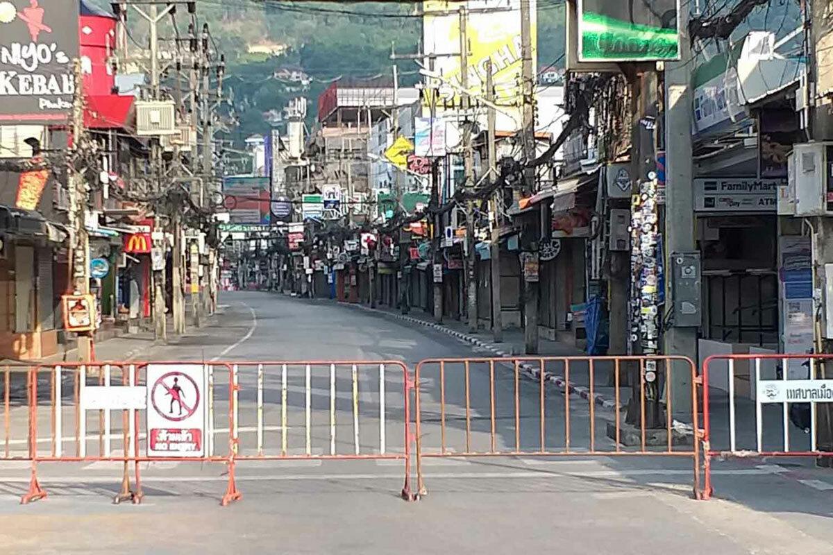 Rào chắn được dựng lên chặn lối vàoSoi Bangla ở khu vực đông khách du lịch Patong, Phuket. Ảnh:Achadtaya Chuenniran/Bangkok post.