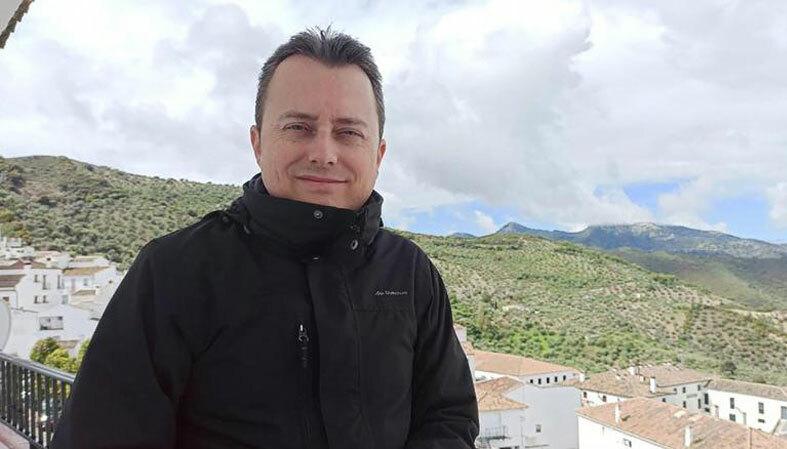 Hàng ngày, Galván vẫn chăm chỉ theo dõi tin tức về dịch bệnh trên truyền hình. Ông hy vọng, việc Zahara bị bao vây bởi dịch bệnh này sẽ sớm qua đi, giống như cách mà thị trấn đã sống sót qua các cuộc chiến trong lịch sử. Ảnh: CNN.