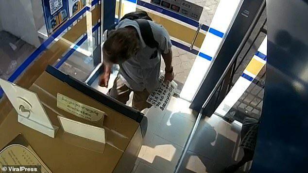 Photo of Bị bắt vì bôi nước bọt lên tiền