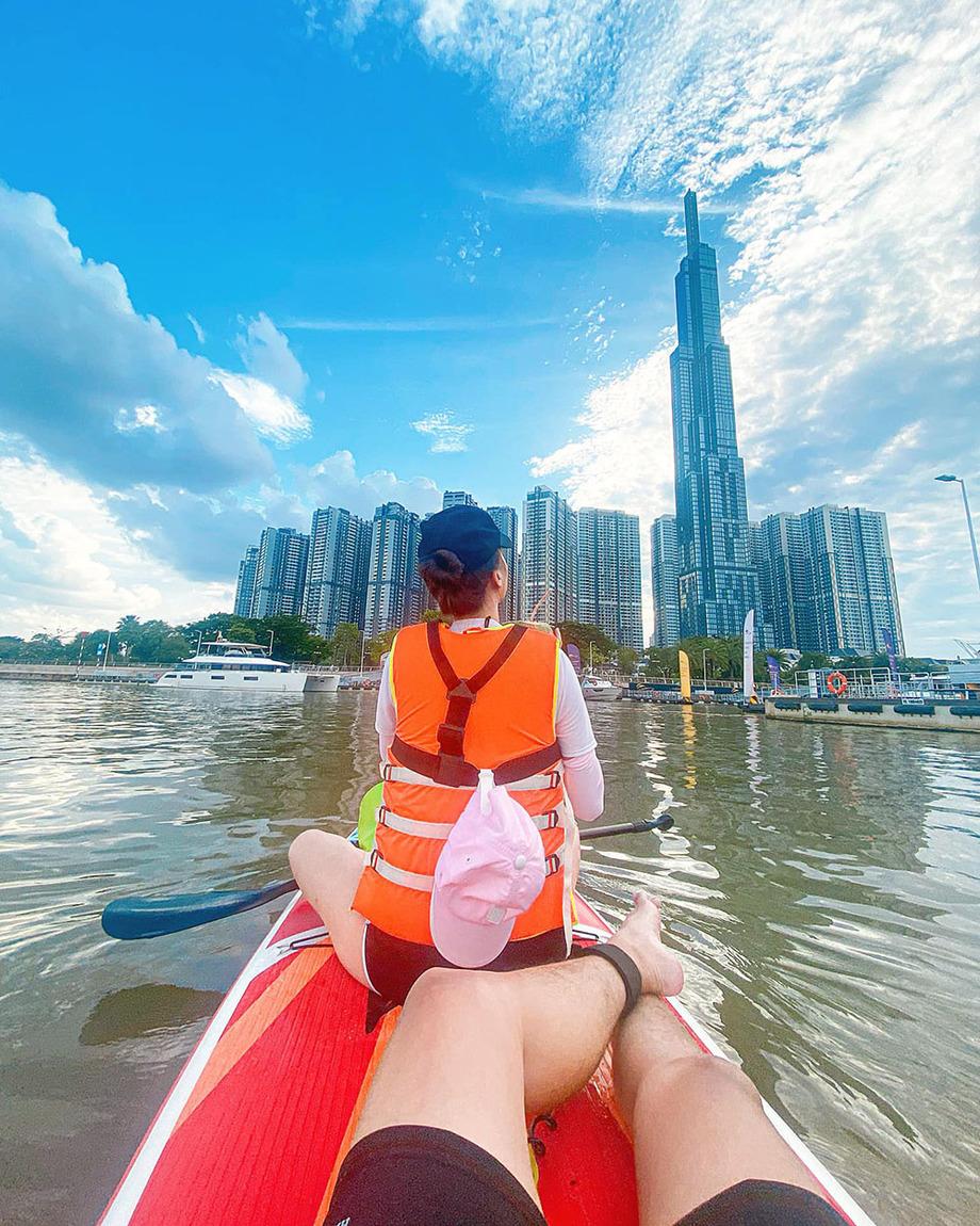 Thời điểm lý tưởng để chèo thuyền SUP ở TP HCM là vào buổi chiều khi thủy triều lên cao, không quá nắng và kết hợp ngắm hoàng hôn. Ảnh: Kiên Anh Lê