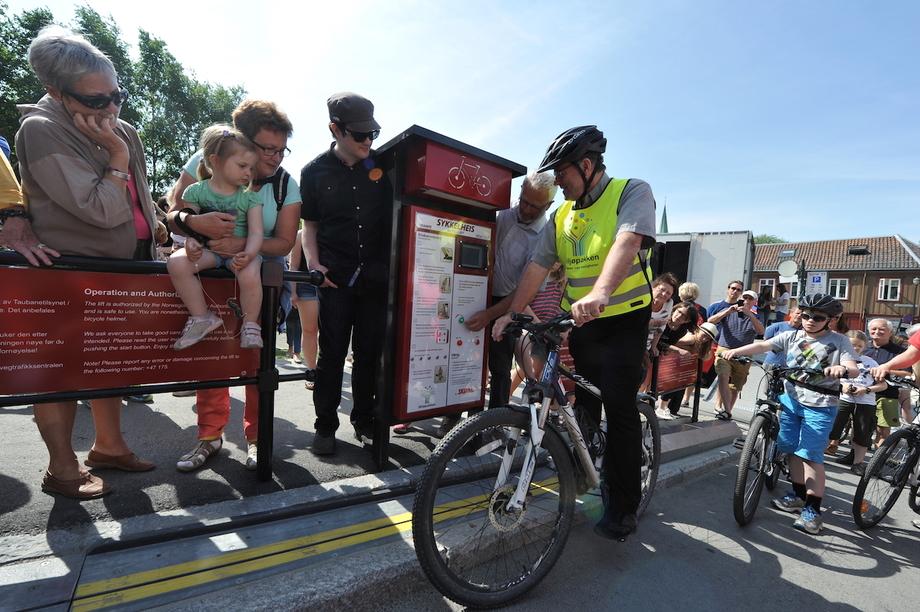 Thang máy dành cho xe đạp leo dốc là một bước cải tiến phương tiện giao thông đô thị ở Na Uy. Ảnh: Knut Opeide